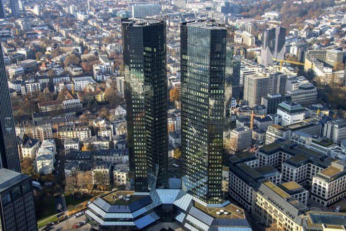 Две башни Deutsche Bank высотой 158 и 155 м имеют соответственно 40 и 38 этажей.
