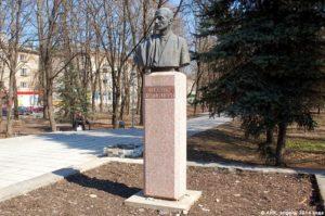 Памятник Жолио-Кюри