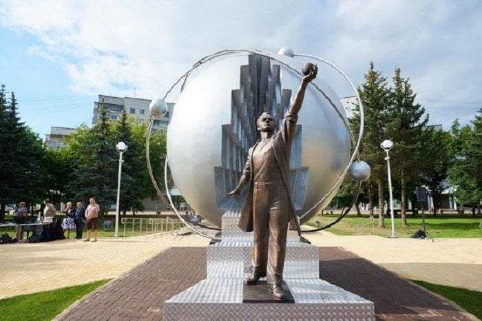 Памятник первопроходцам атомной энергетики