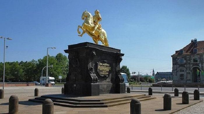 Статуя Золотой всадник