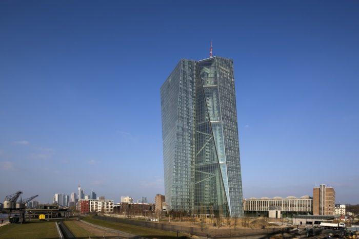 Северная 45-этажная башня со шпилем достигает 201 (без шпиля – 185), а левая 43-этажная – 165 м.