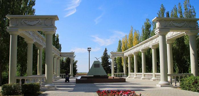 Памятник первостроителям Сталинградской ГЭС и города Волжского