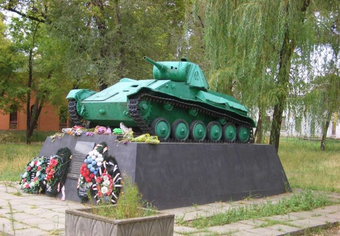 Первый в истории советский танк-памятник (Т-70)
