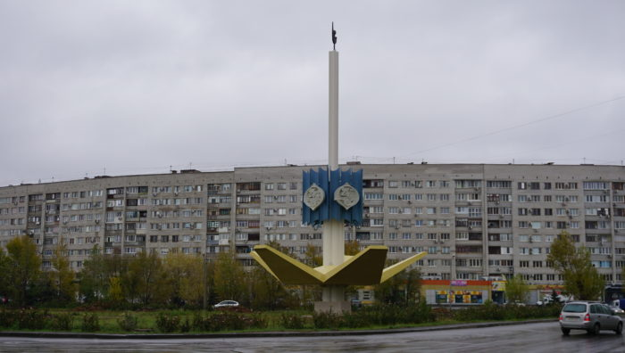 Стела в честь 25-летия Волжского