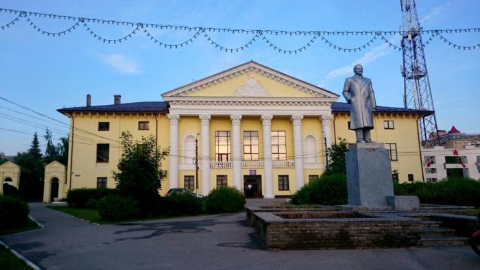 «Теплоход» (Культурный центр) и «Ленин в шинели» (памятник)