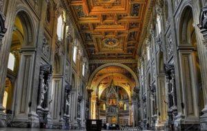 Кресло Папы в храме