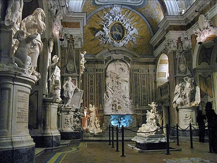 Скульптуры перед главным алтарем