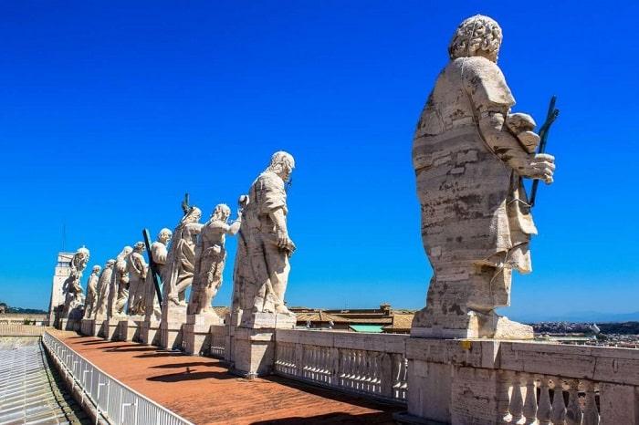Статуи христианских святых