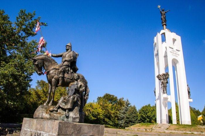 Памятники Пересвету и 1000-летию Брянска