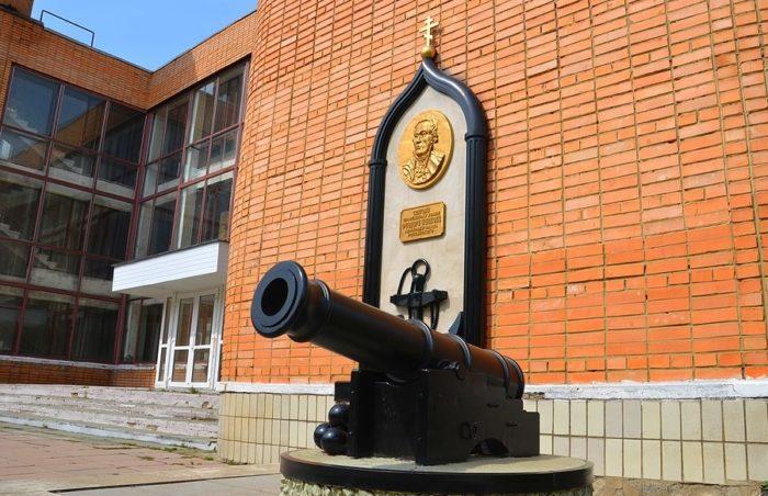 Памятники танку ИС-2 и адмиралу Ушакову
