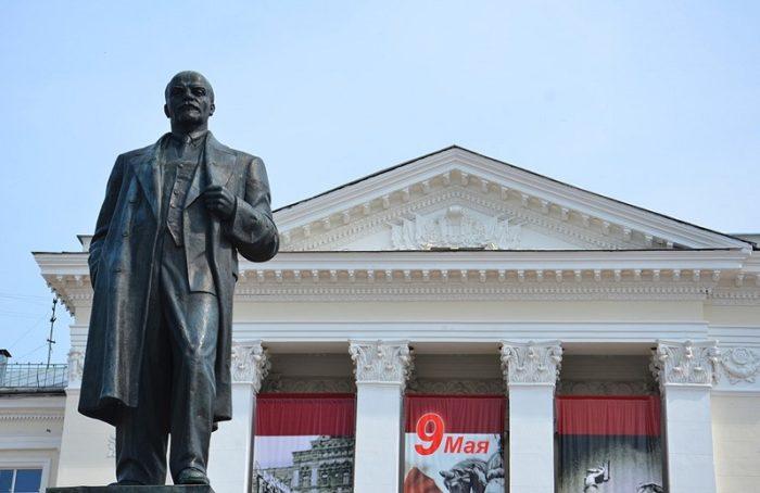 Площадь имени Ленина и памятник основателю Советского государства