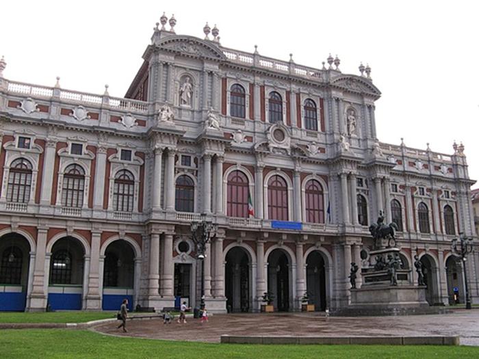 Фасад, выходящий на площадь Карло Альберто