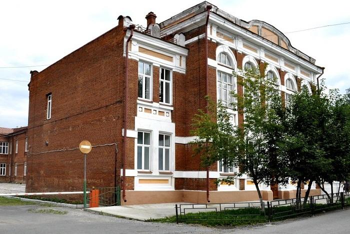 Здание бывшей женской гимназии