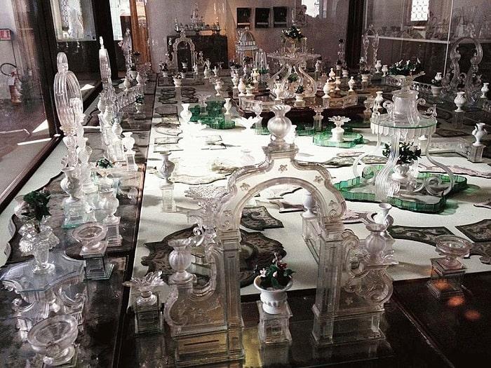 Стеклянные экспонаты внутри музея
