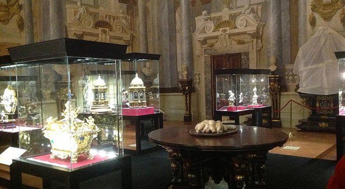 Выставка старинных амфор, шкатулок, статуэток