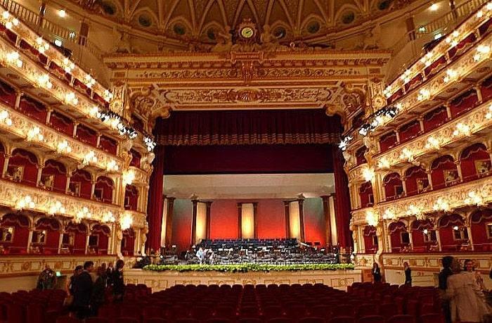 Золотисто-красный зал театра