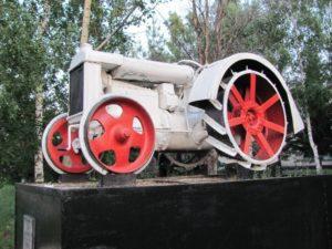 Памятник трактору Фордзон