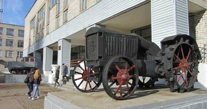 Памятники труженикам полей (трактора)