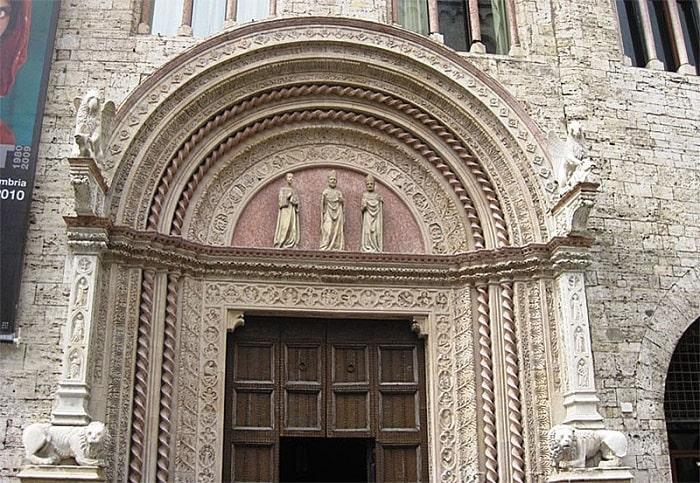 Фасад с многоарочным готическим порталом