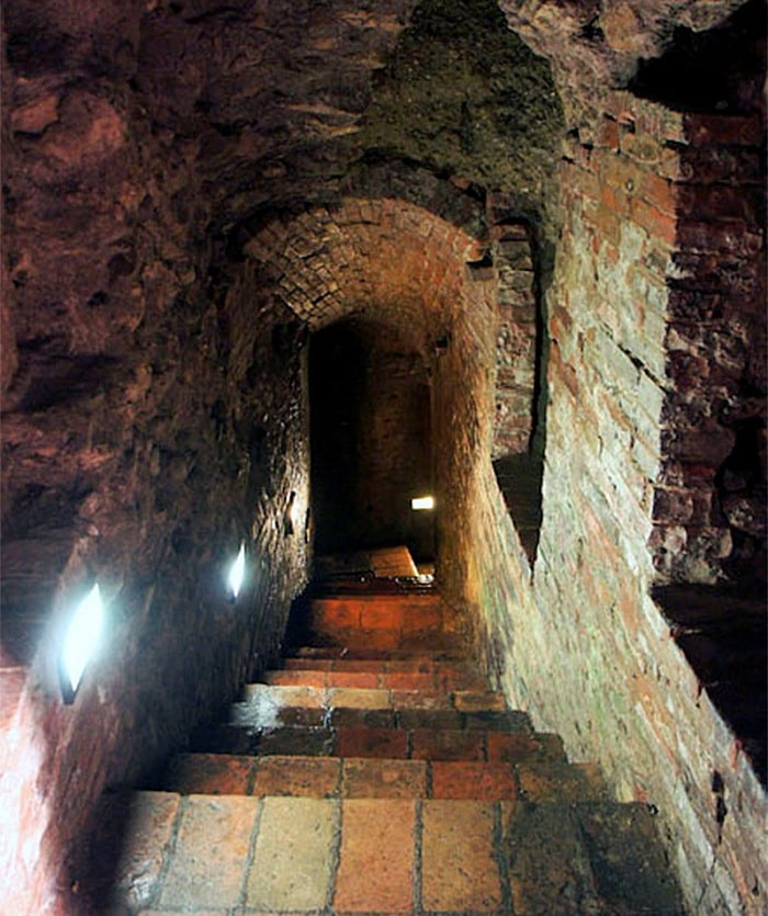 Лестница в Этрусский колодец
