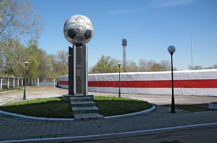 Памятник футболистам Знамя труда