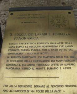 Табличка на стене с туристическими маршрутами