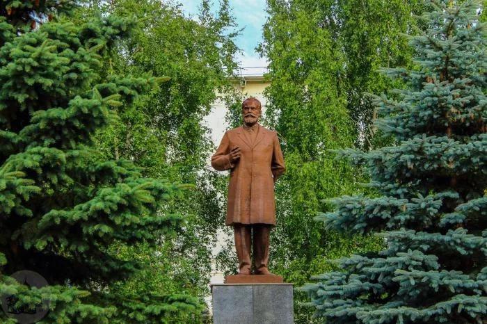 Два памятника Петру Чайковскому