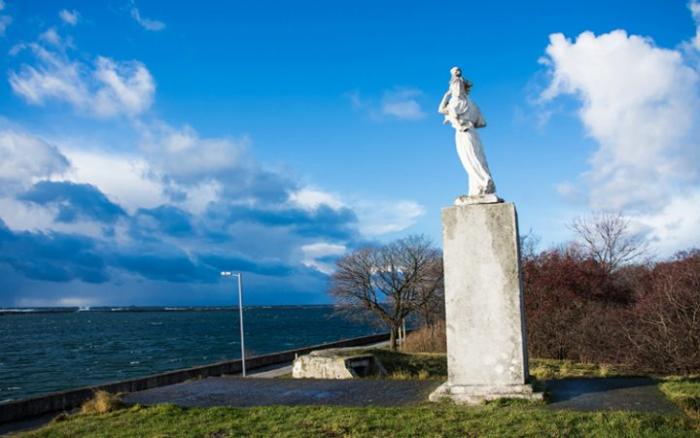 Памятник жёнам моряков