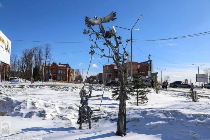 Скульптура «Крылатые качели» на Площади Цветов