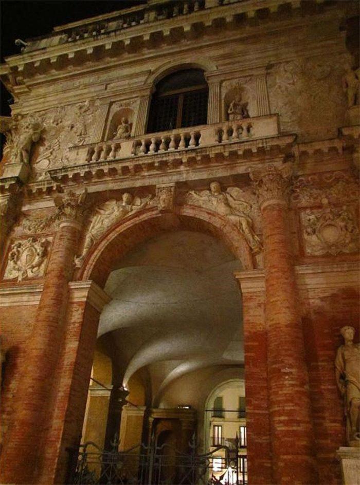 Боковой фасад Палаццо Капитаниато