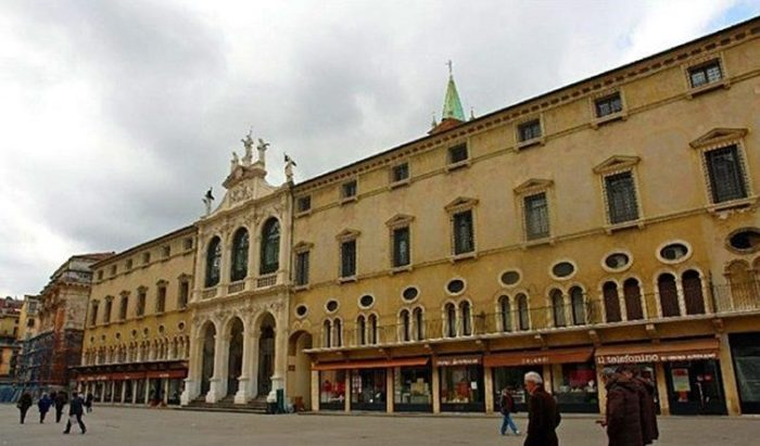 Церковь Сан-Винченцо и дворец Монте ди Пьета