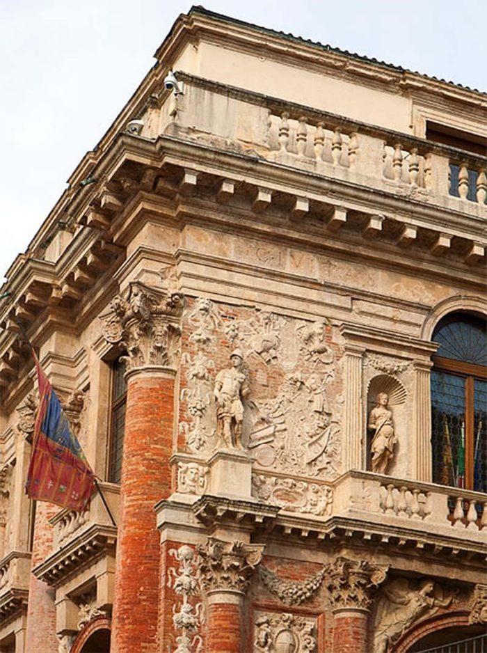 Фрагмент фасада Палаццо Капитаниато