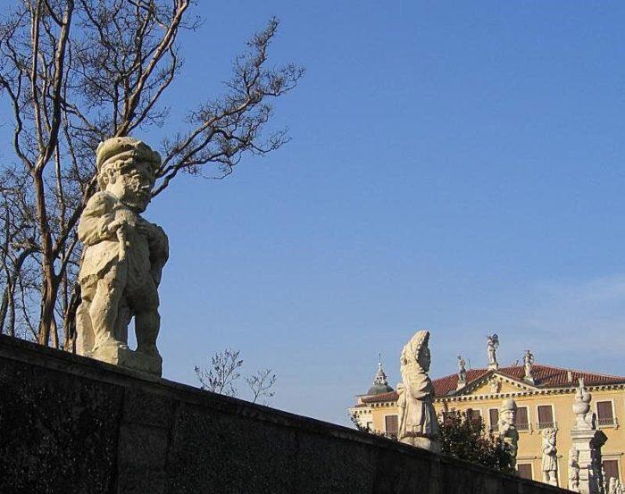 Гномы на внешней стене виллы Вальмарана
