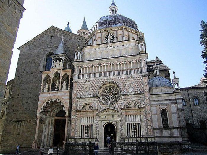 Северный фасад базилики с Воротами розовых львов (слева) и капелла Коллеони