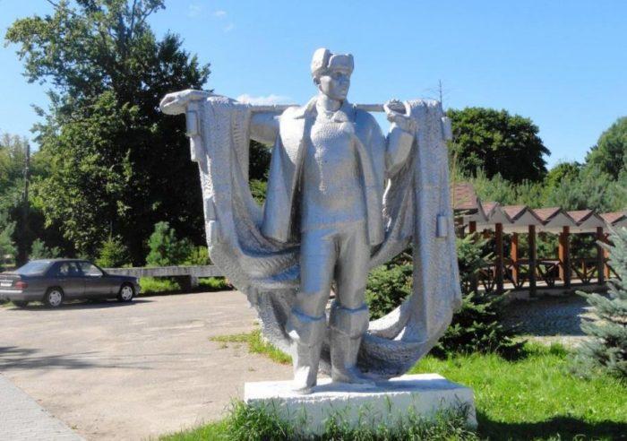 Два памятника рыбаку-01