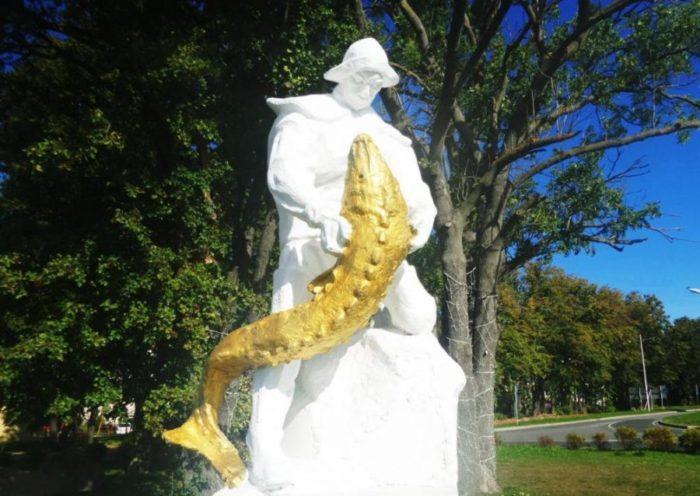 Два памятника рыбаку