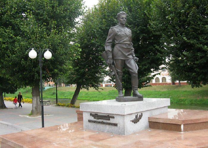 Памятник Герою Советского Союза Сергею Ивановичу Гусеву