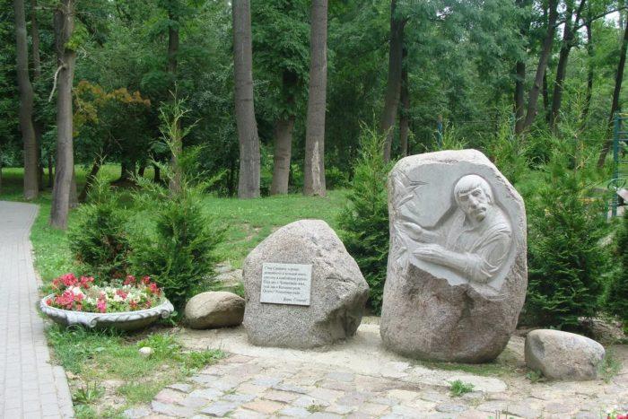 Памятники поэтам Адаму Мицкевичу и Сэму Симкину