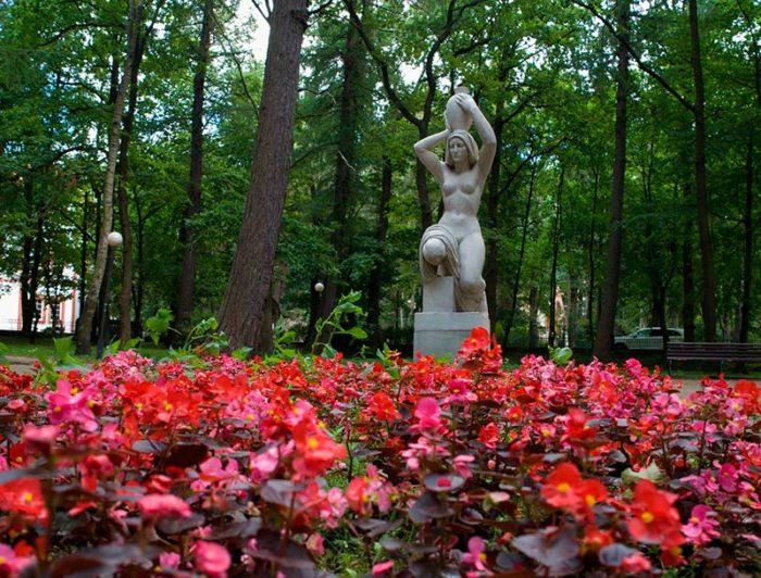Скульптура «Несущая воду»