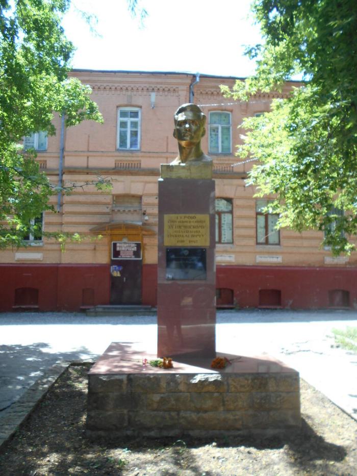 Памятник Анатолию Хуторянскому