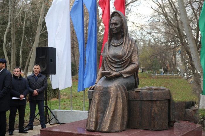 Памятник Фазу Алиевой