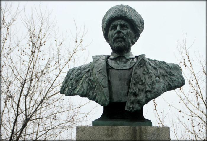Памятник Гамзату Цадаса