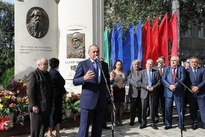 Памятник Л. Н. Толстому