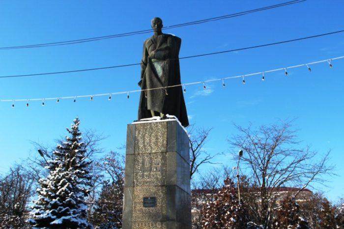 Памятник Уллубию Буйнакскому