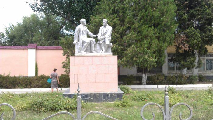 Памятники Ленину и Горькому