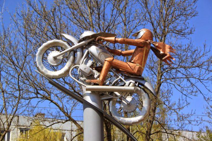 Скульптура мотоциклиста