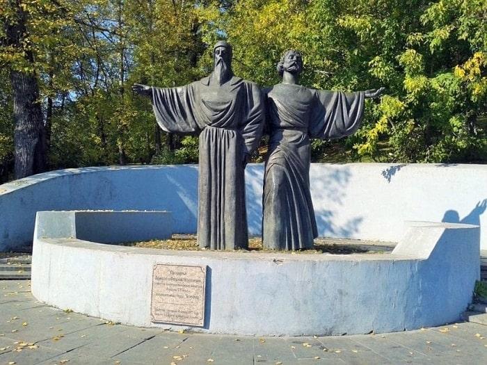 Памятник Афанасию и Феодосию