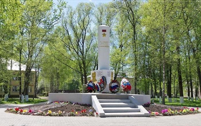 Памятник Мамонтову и Орешкову