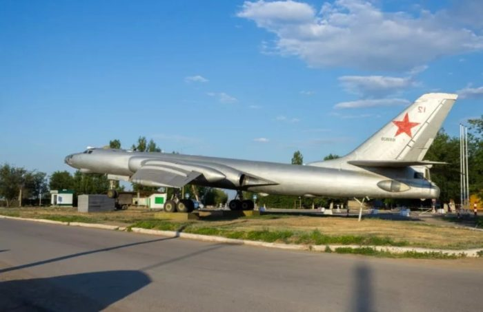 Памятник самолёту Ту-16