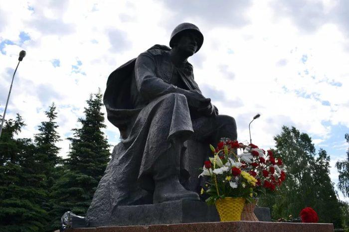 Памятник «Думы солдата»